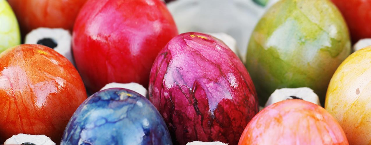Ostern, Ostereier kaufen, gefärbte Eier, Osterfrühstück, Osterbrunch